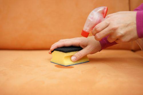 ניקוי ספות עור עם מברשת