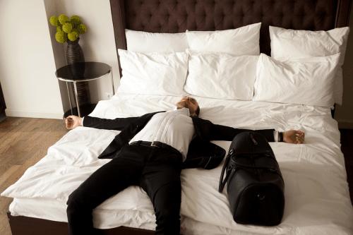 גבר שוכב על מיטה נקייה
