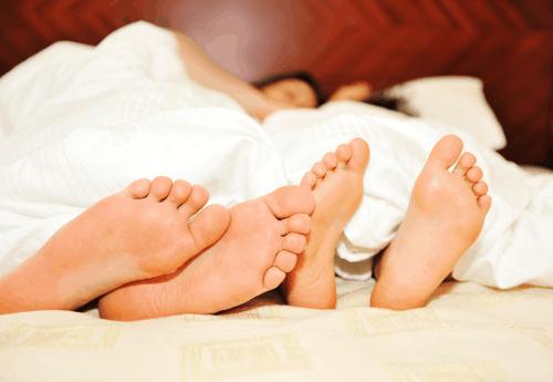 זוג יושן במיטה זוגית